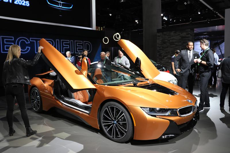 BMWはEVモードでも100km/h以上で走行できるよう性能を引き上げたi8にロードスター版を追加発表し、シザードアなど派手なスタイルが人気だった