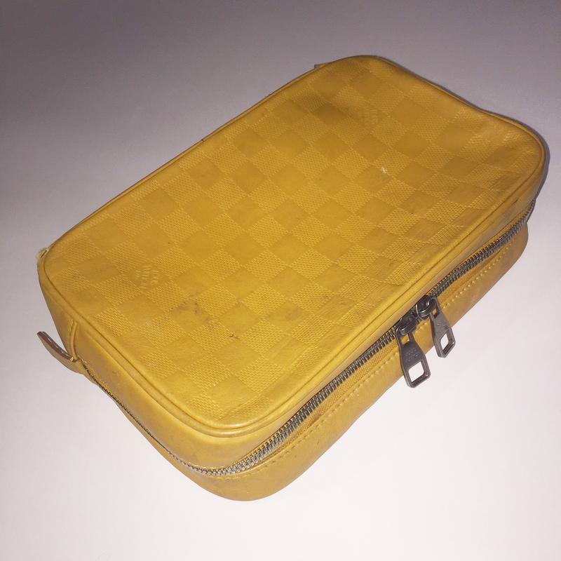 毎日使っているポーチはグルーミング用品の収納に大活躍。3~4年前に韓国のルイ・ヴィトンのお店で購入したもの。