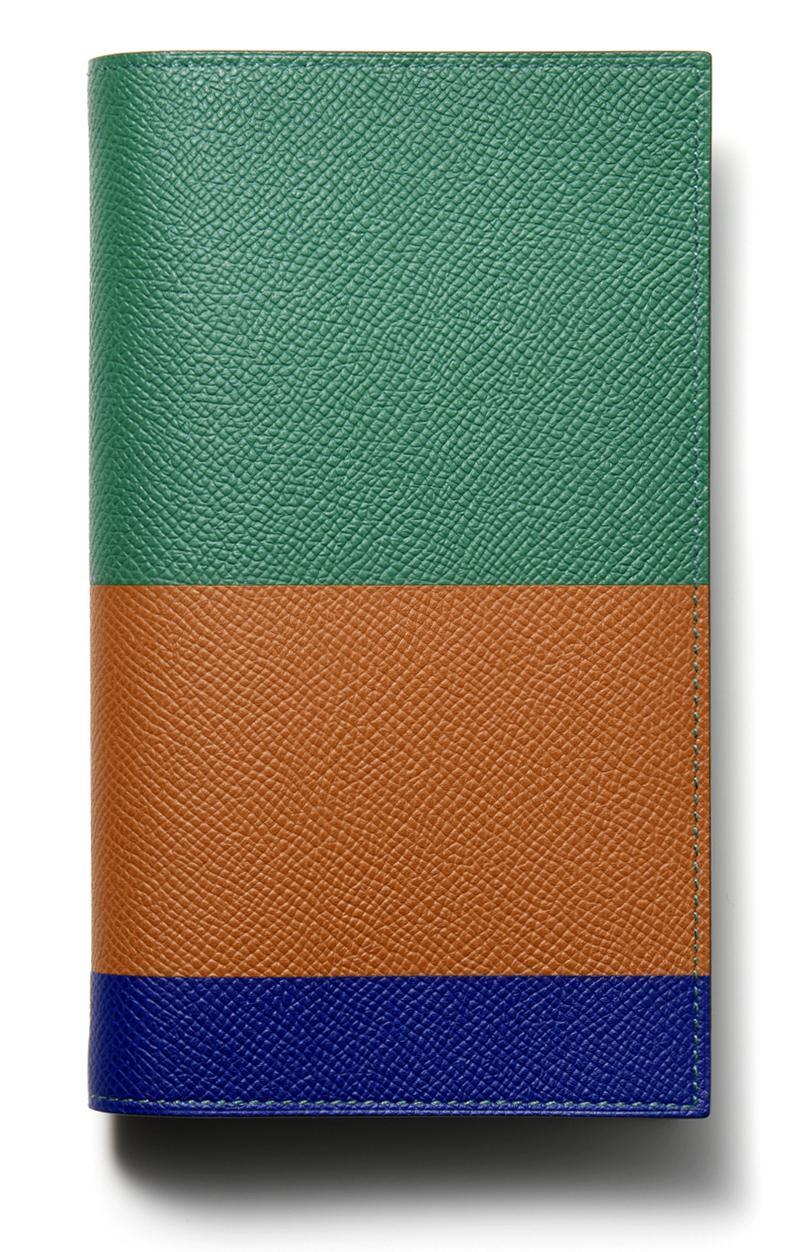 エルメスが誇る短冊形の定番ダイヤリー「ヴィジョン」は前述のヴォー・エプソンに加え、シボが粗めなシャーブル・ミゾールによる全7色の単色と0種類のトリコロールカラーで展開されます。[W10×H17cm]6万7000円/エルメス(エルメスジャポン)