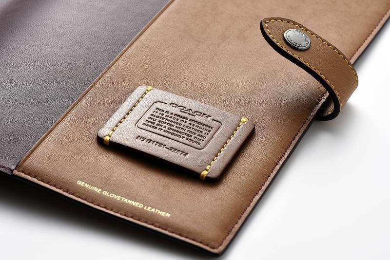 右側のスリーブ上には、刻印入りのレザータグがイエローステッチで縫いつけられます。外装にステッチが効いているのも同品の特徴です。