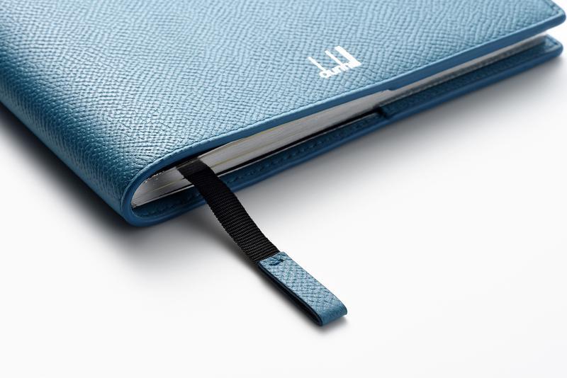 レザーカバーには、同素材でキャップされたリボン製のブックマークが付属します。