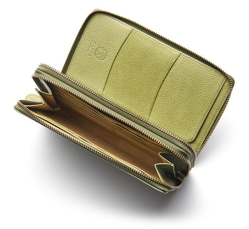 フルオープンする手前のジップにはコインやカード、お札にパスポートなどが整然と収納可能。マチのついた奥側は6枚のカードに加え、厚みのある札束も収まります。2つの長財布をドッキングしたような作りは海外旅行のお供にうってつけです。