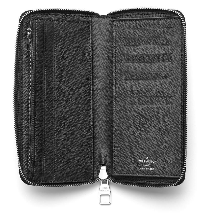 札入れやジップ式小銭ポケットに加え、本体左右に多数のカードスロットを備えたレイアウト。現代のライフスタイルにマッチした万能型のお財布です。
