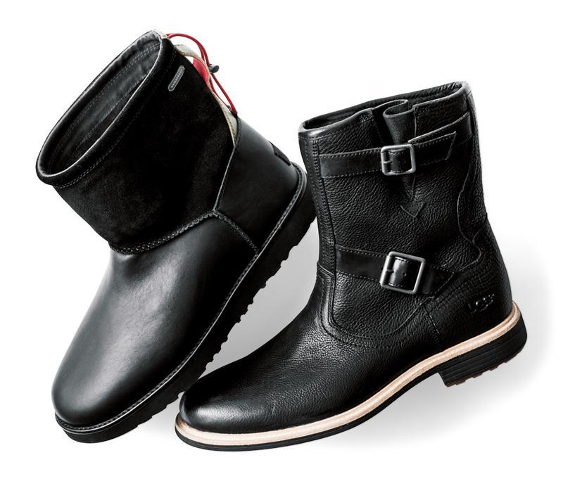 光沢の美しいフルグレインレザーとストラップが魅力の一足(右)と定番モデルに防水加工を施した真っ黒ブーツ(左)/ともにアグ®(デッカーズジャパン)
