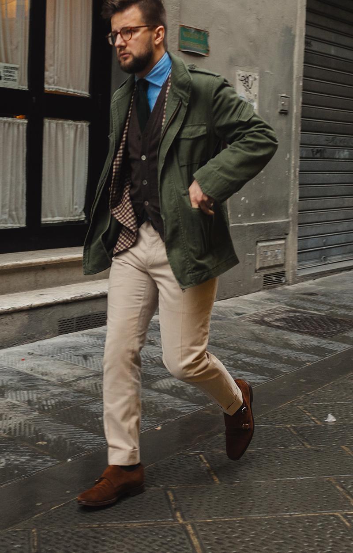 こちらの方はタイドアップした薄手のジャケットの上から、さらりと羽織って。ベージュのコットンパンツに、スエードのダブルモンクで全身を上品にまとめています。こんなドレスな着こなしにも、M-65はこなれた雰囲気を演出してくれます。