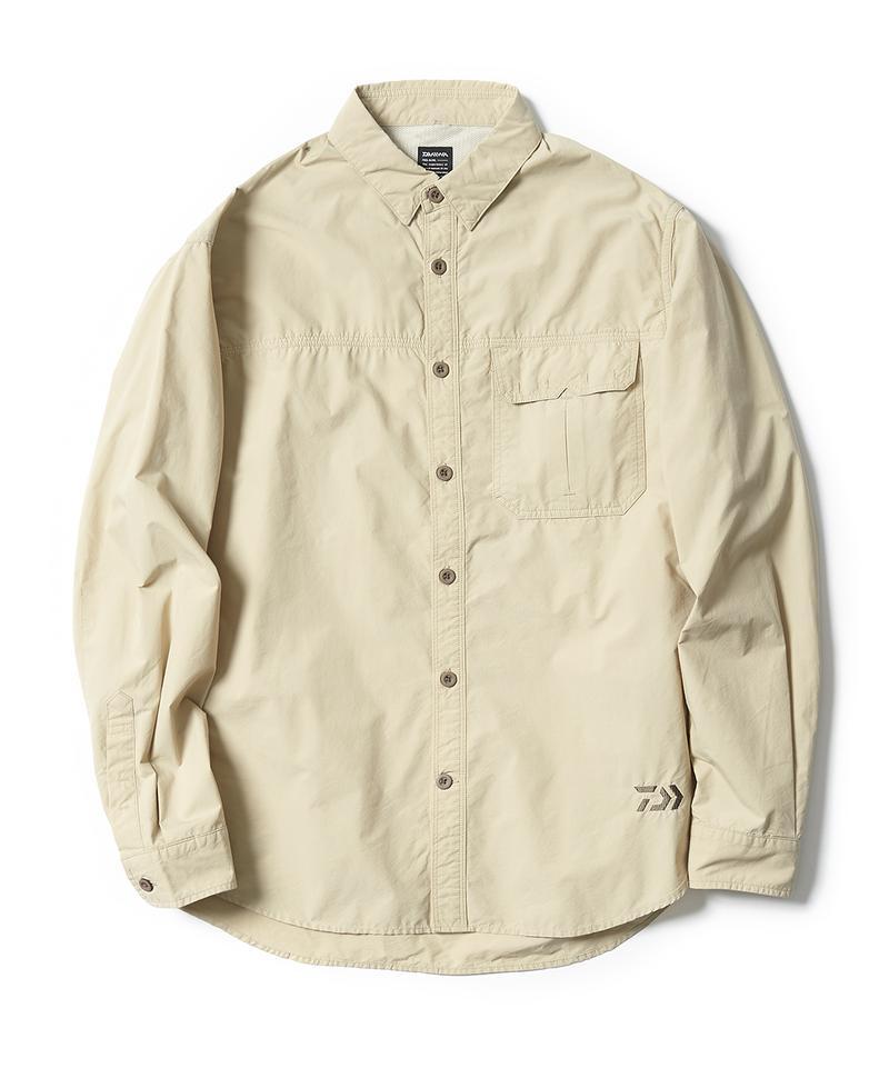 左胸のフラップポケットは、チケットなどを収めるのに便利。と思ったら、胸ポケットは二重になっていて、水平方向からもモノが入れられる仕組みになっていました。一般的なカジュアルシャツと違い、肩回りは、通気性に配慮したメッシュの裏地付き。都会に馴染むシンプルさの裏に、様々な機能が隠されているあたり、さすがです。UVケア機能付き。9900円/ダイワ(グローブライド)