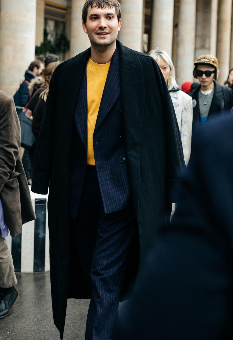 ネイビーのストライプスーツに黒のコート(しかもフルレングス)。これにダークなインナーを合わせてしまうと、重厚すぎるうえ、どこにも華がなくなってしまいます。はい、ここでキレイ色インナーの出番です! コントラストが強いから、キレイ色はチラ見せに止めるってこともお忘れなく。