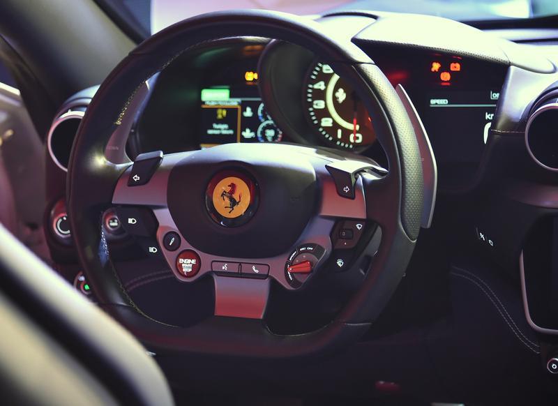 ステアリングホイールには、エンジンスタートボタンやマネッティーノのセレクトスイッチなどが設置されている