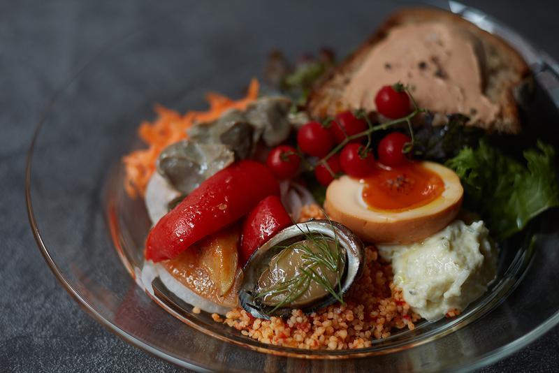ペタンク/前菜の盛り合わせ(1人前)1200円(税別)。クスクス、リエット、キャロットラペなど日替わりで10種程度。