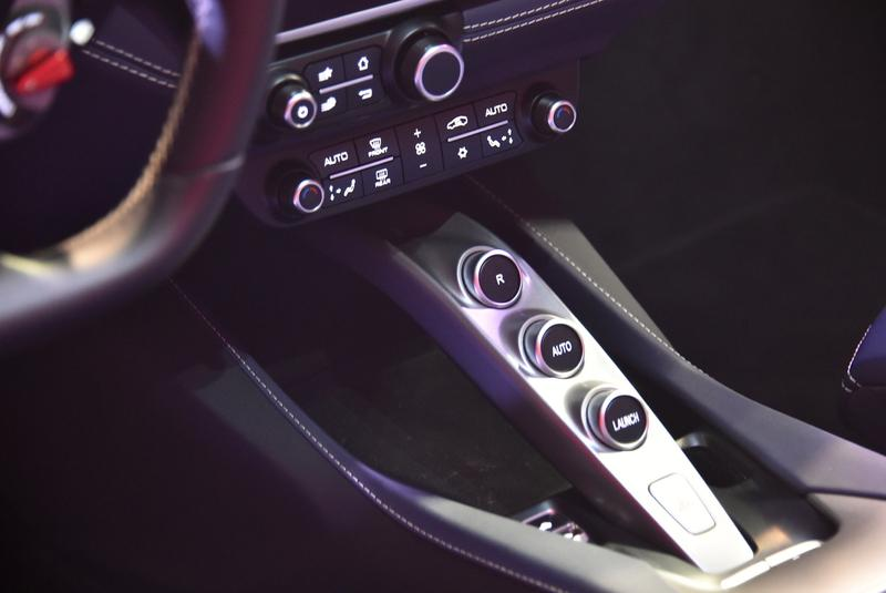 センターコンソールに設置されたボタンで、トランスミッションのオートモードやリバースをセレクトする