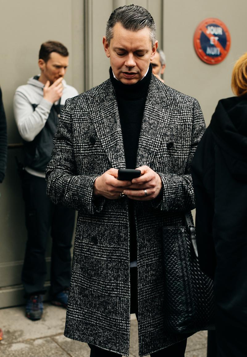メランジ調のグレンチェックコートに、黒のタートルニットの襟元から白シャツの襟羽根を覗かせて。モノトーンのグラデーションコーデには髪色も白髪ミックスが似合います。