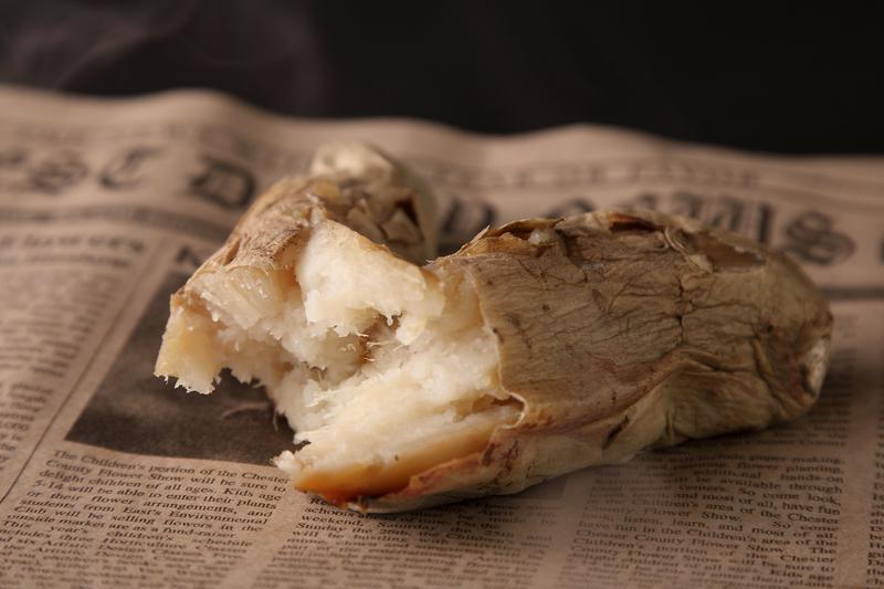 「超希少!! 鹿児島県産 熟成・ホワイトスイート(300円〜)」。皮と実の間に蜜が滴るほどジューシーで、飽きがこない甘さ。白い不思議な見た目は珍しい。しっとり系。