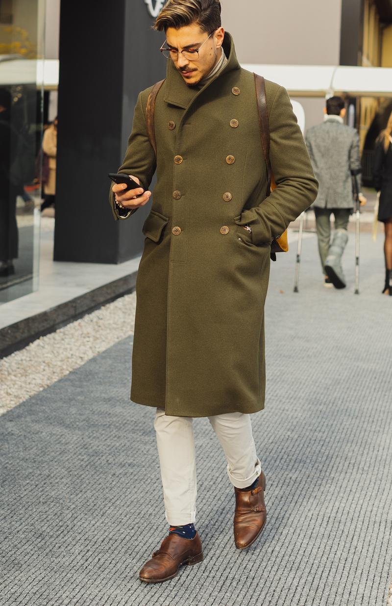 ボタンの多いオリーブのコートはミリタリー調ですが、白パンと合わせれば男臭さもたちまち雲散霧消。ダブルモンクストラップの短靴にアーガイルと思しきソックスを合わせた遊び心にも注目しいところです。とにかく茶系の統一感と白のバランスが絶妙。
