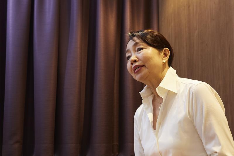 高橋光さんは耳を見続け30年以上。「日本でいちばん指名の多い理容師」と村上龍氏に称され、多くの企業経営者や政治家、芸能人などのVIP顧客リストをもつ。