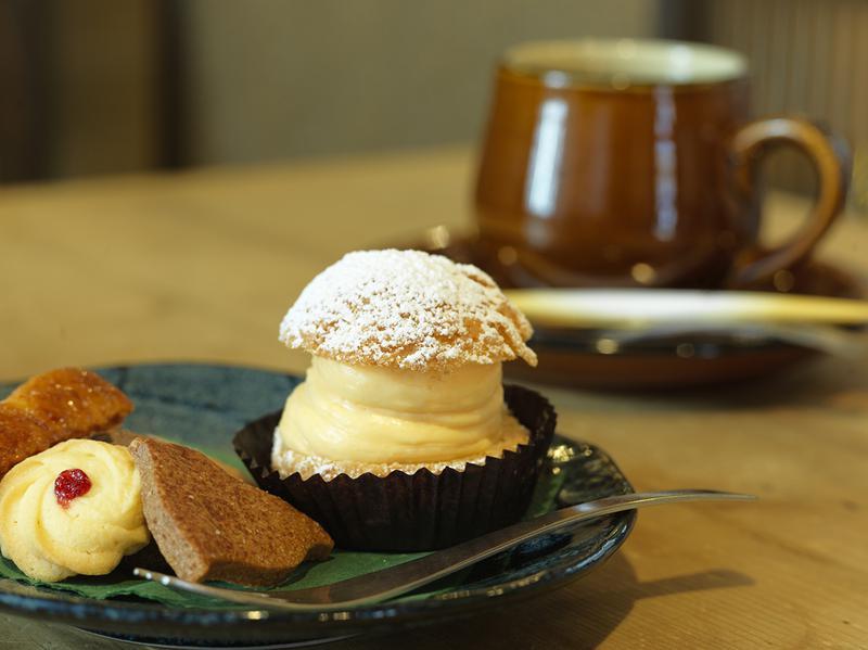 菓子工房ルスルス/ルスルス自慢の焼き菓子とシュークリームの「シューセット」(550円)とダージリン(650円)