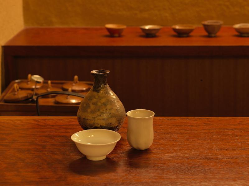 一種の燗酒を口の広い杯と狭い杯で飲み比べると、その香りの立ち方も味の広がり方も変化することに驚く。