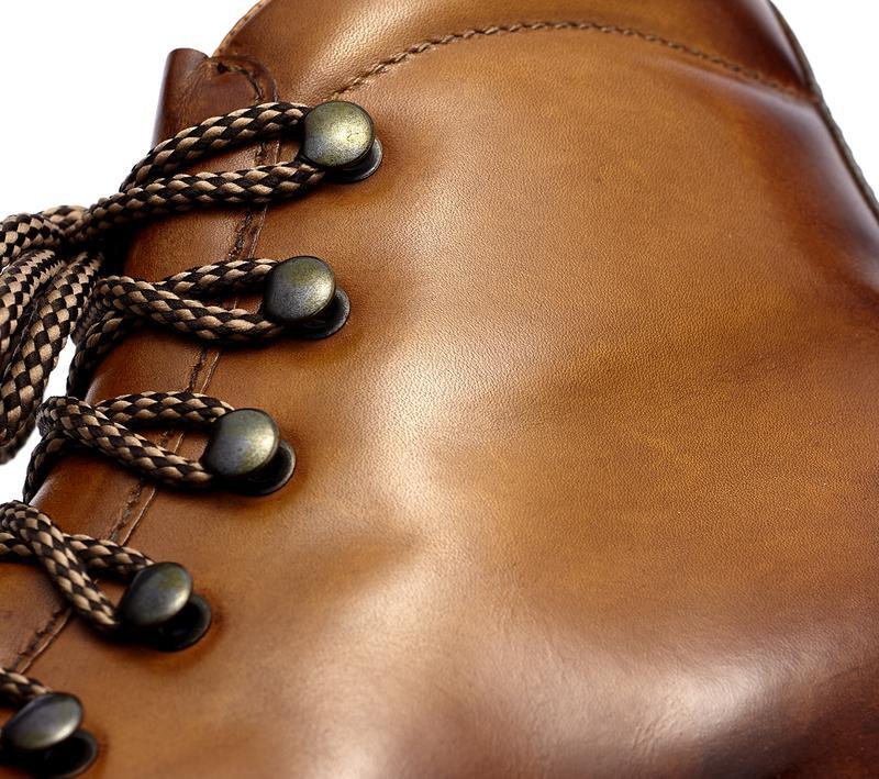 アッパーの革材にはジャコメッティならではの「コロラート」仕上げを施しているのがポイント。アニリン原液とワックスを手作業にて丁寧に塗り込み染色することにより、味わい深いムラ感と艶を放つ仕上がりに。