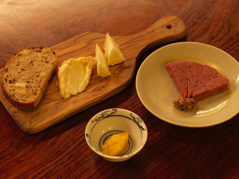 小皿で厳選された肴が供される「壺中」。和牛のコンビーフには「パーラー江古田」の黒胡椒とカシューナッツのパンが好相性。この日ほかに「生からすみ」など。