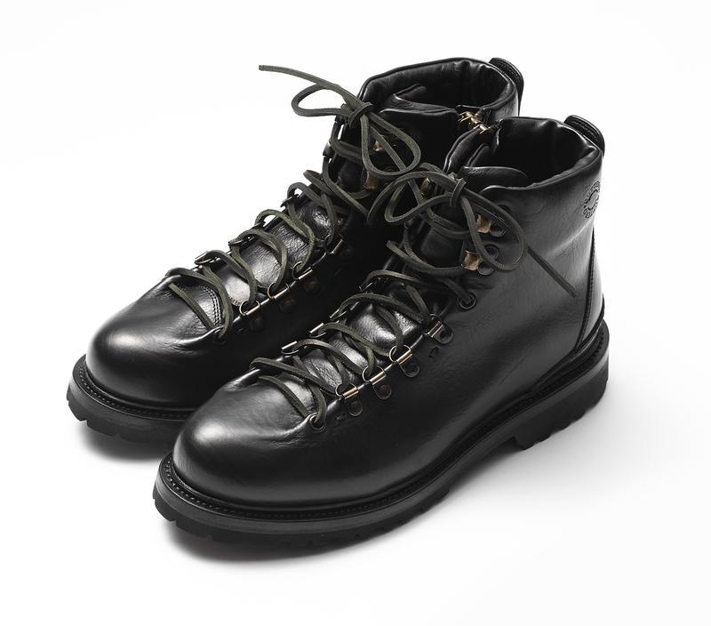 1974年イタリアはトスカーナ州にてブランドをスタートさせたブッテロ。「ブーツと言えばブッテロ」の異名をとる実力派の定番が、このCANALONEです。多彩なブーツを展開させる同ブランドのなかでもスタイリッシュな細身木型を使用しており、モードな洒落感をも備えた一足です。6万3000円/ブッテロ(ブッテロ トーキョー)