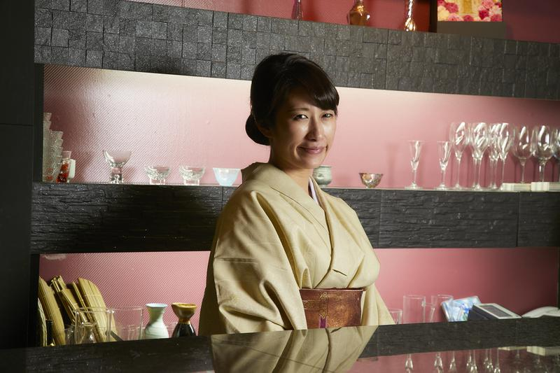 香辛凛/毎日着物で店に立つ着物美人の女将、本田つかささん。
