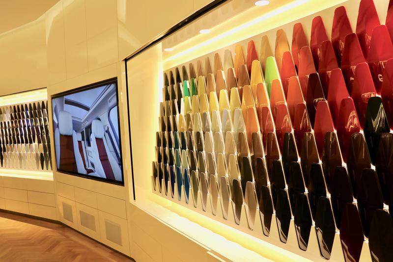 「SVO」のプレゼンテーションルームでは、豊富なカラーサンプルを実際に手に取り、デザイナーにアドバイスを受けながら選ぶことができる