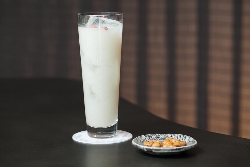 廚 otona くろぎ / 桜の塩漬けがキュートに浮かぶ「甘酒カクテル」(おつまみ付き1000円)。甘酒特有のコックリさをソーダでスッキリとさせたデザート感覚の一杯。お酒の弱い人でもグビグビといけちゃいます。
