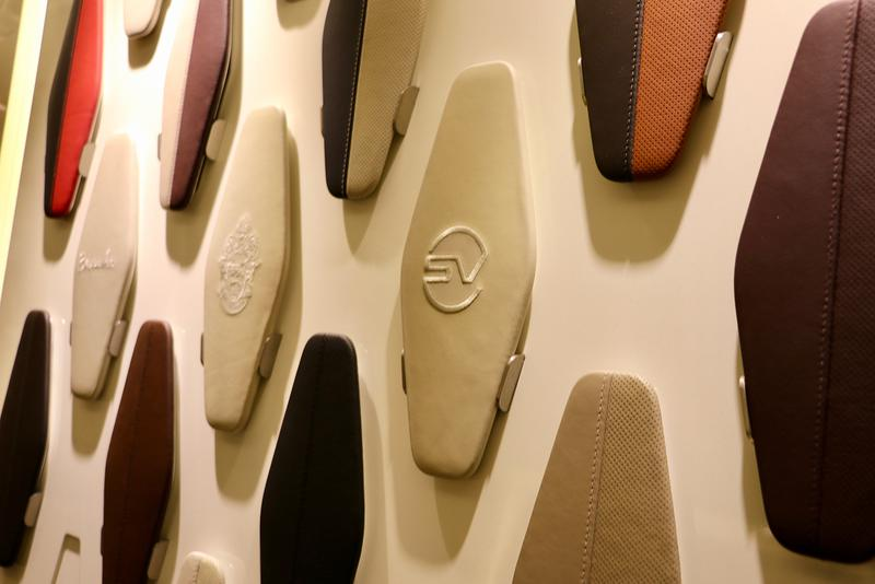 インテリアの素材やカラーもデザイナーも同様。シートなどに刺繍を施すことも可能だ