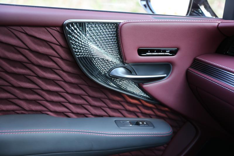 レクサス LS500/ドアの内張は日本のクラフツマンシップを意識したオーナメントパネルなどが独自の意匠になっている