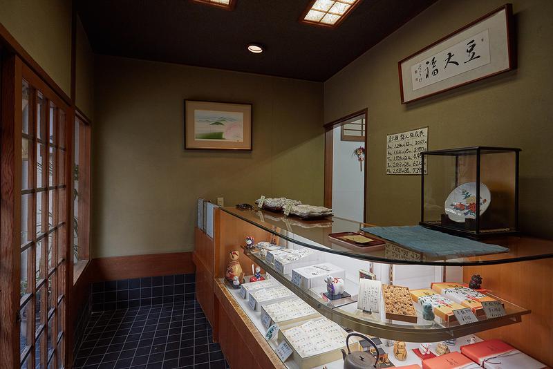 瑞穂(東京・原宿) / 豆大福と最中、お赤飯(要事前予約)しかない、潔い「瑞穂」。