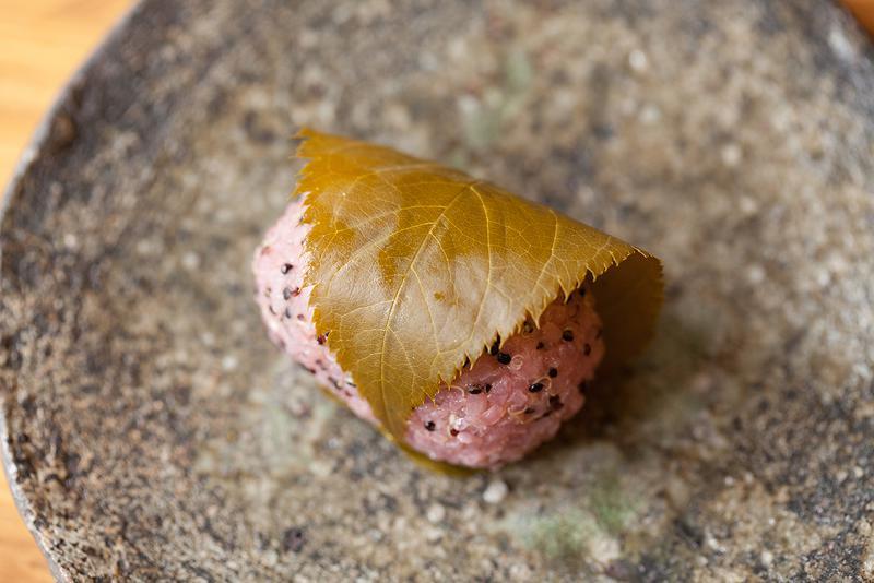 季節限定商品の「雑穀桜餅」(350円 税別)。食べた数日後に身体がまた求める、美味しくてやさしい滋味。