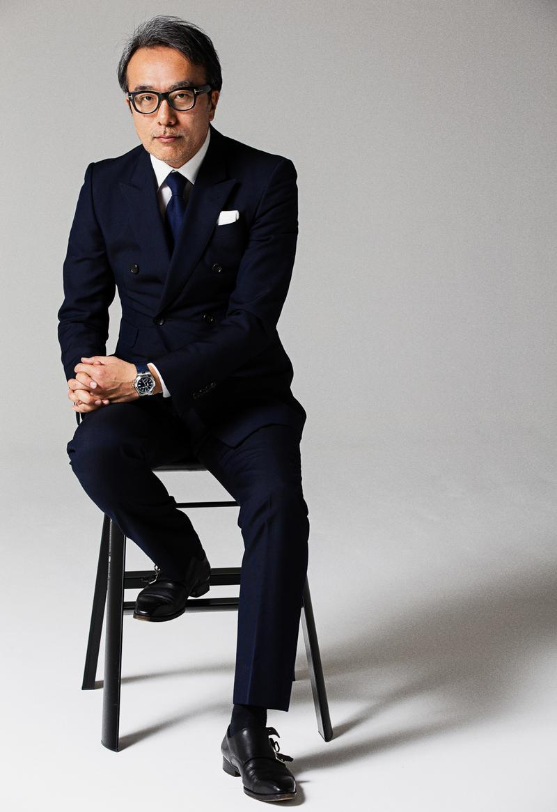 スーツもタイも濃紺。そこに白シャツ&白チーフでキリリと端正にまとめた王道のコーデ。ブルー文字盤のオーヴァーシーズが装いに溶け込みつつ、しっかり存在感を発揮しています。ストイックでありながら男の色気が香るスタイリングです。