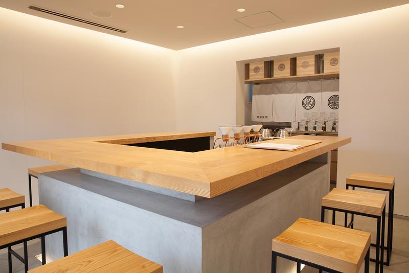 東京茶寮 / インテリアに使われているのは真っ白な空間に映える白木と鉄のみ。究極なまでに無駄を省いた空間は、繊細なお茶の味に集中できるように。