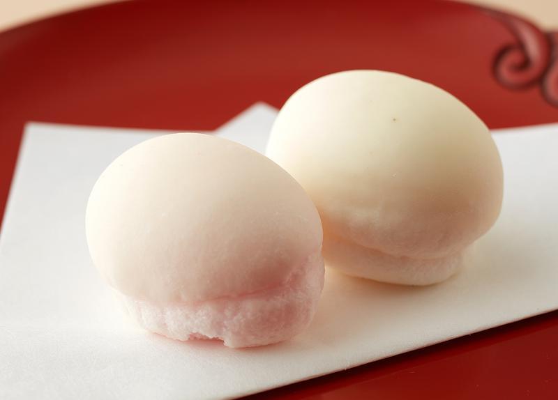 西岡菓子舗 / 口に含めばふんわりと溶け、中からこっくりとしたカスタードのような黄身あんがこぼれでます。
