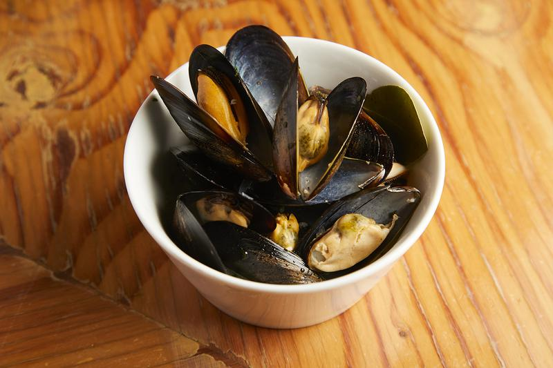 ダシの最後の一滴まで飲み干したくなる「ムール貝のシャンパン蒸し」1058円。