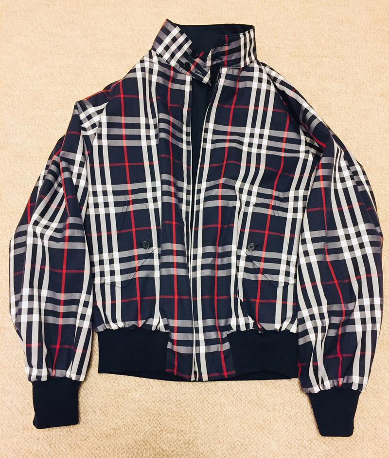 リバーシブルブルゾンなので、こんな感じで裏返しで着ることも可能。コートのインナーに着るときには、全面チェックもいいかも。