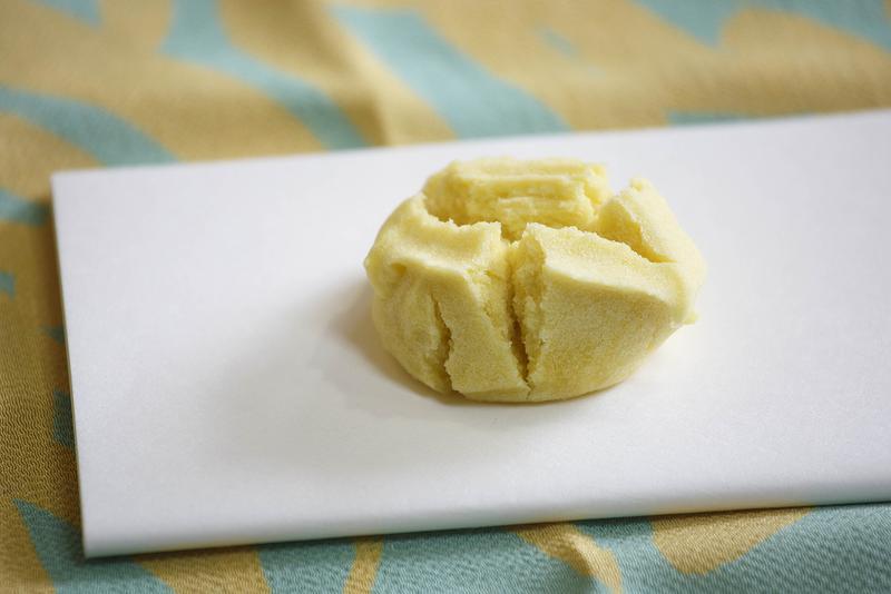 黄身しぐれのふんわりとした舌触りがたまらない、菓銘「瑞雲」350円(税別)。