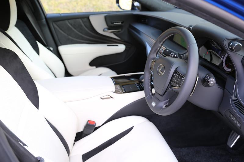 レクサス LS500/F SPORT専用のウルトラスエードと本革を組み合わせたホワイトの内装