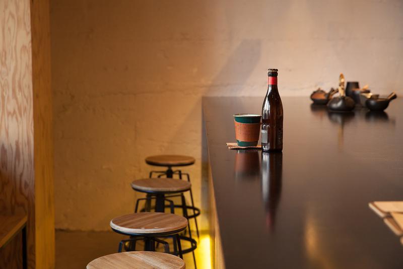 artless craft tea & coffee / 反対側にいるスタッフが不思議と気にならないほど広い一枚鉄板の特大テーブル兼カウンターは、ふたりで訪れても適度にプライベート感が保たれます。また、集中できるからとひとりで長時間仕事をする人もいるのだとか。