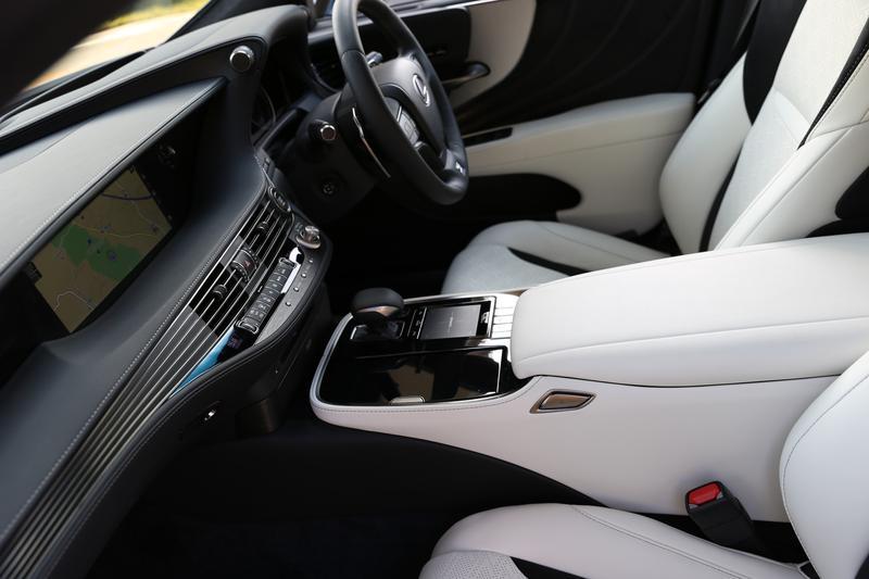 レクサス LS500/エアコン吹き出し口と一体化した流れるようなラインが特徴的なダッシュボードのパネルは素材も豊富に選べる
