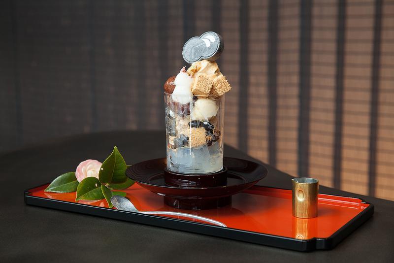廚 otona くろぎ / パフェグラスには美しい唐草紋様が。また、軽い真鍮のスプーンや天目台などのカトラリーなど、舌だけでなく一流のこだわりを目でも味わいたい。