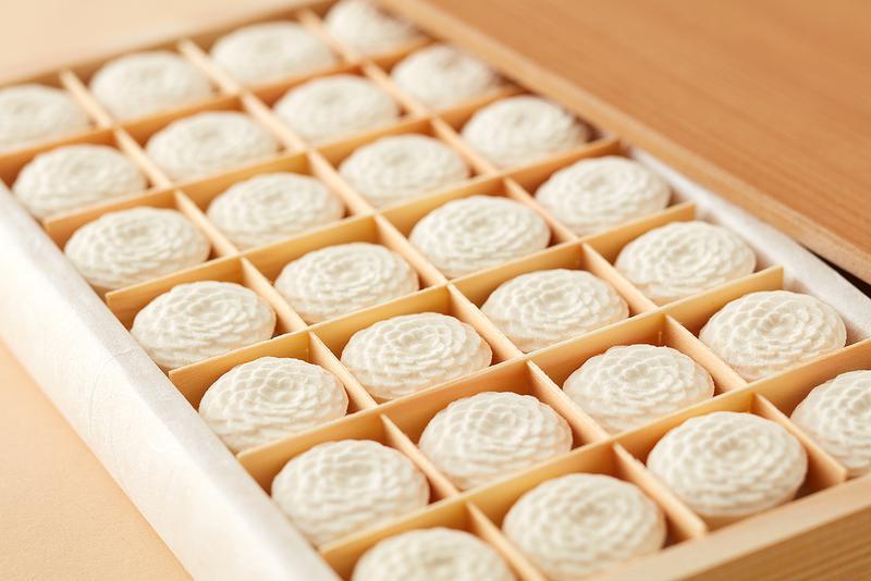 鍵善良房 / 「鍵善」を代表する銘菓。故事「菊慈童」にちなんで菊の形をかたどっています。20個入り900円~
