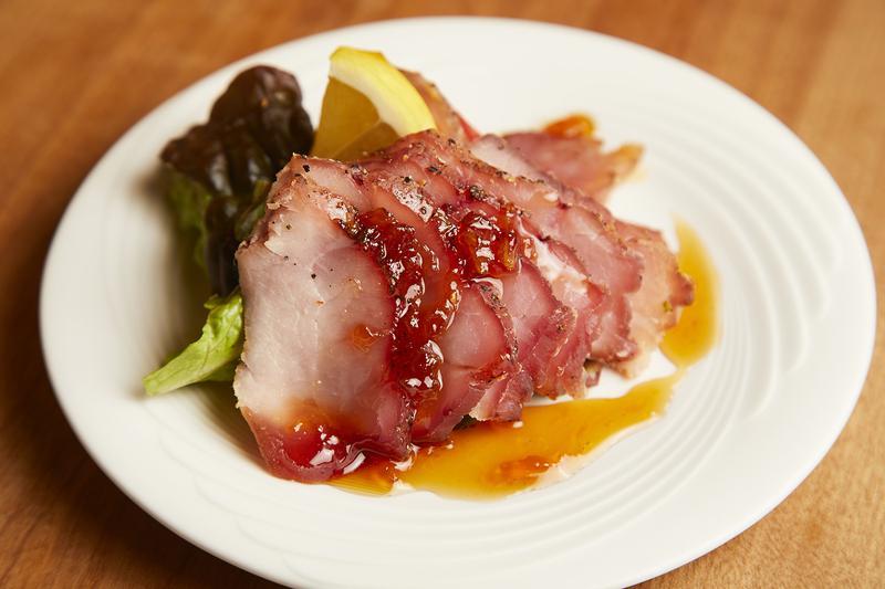 ローストビーフを豚肉で再現した、そのまんまのネーミングの「ローストポーク」518円。甘いパイナップルソースが肉の風味を引き立てます。