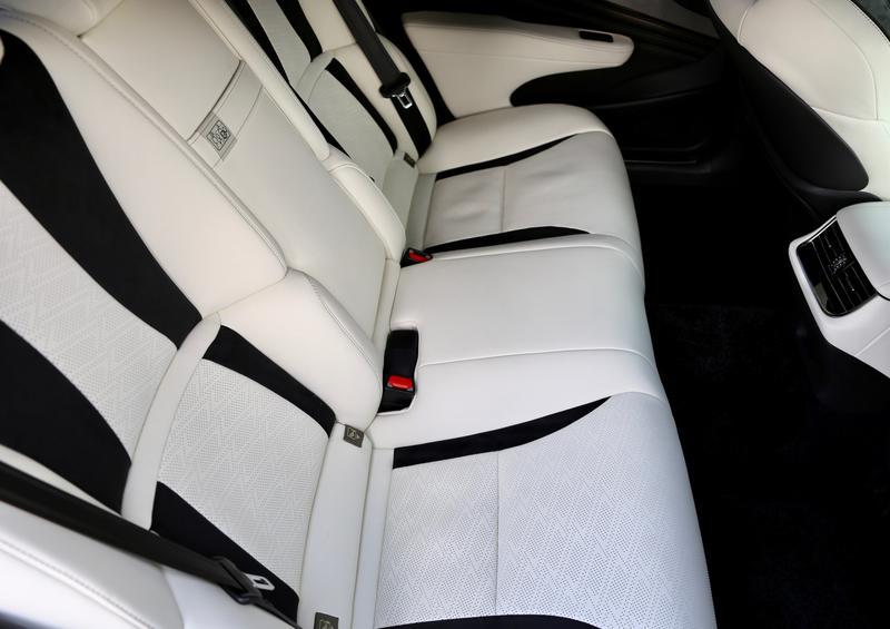 レクサス LS500/3125mmあるホイールベースの恩恵で後席の足元は広々としている