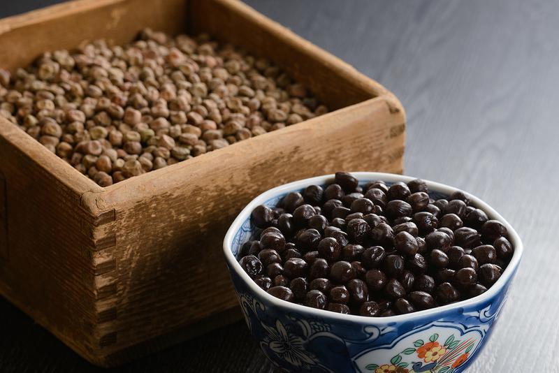 片時も釜の側を離れることなく見守ることで、ふっくらと炊きあがる豆。