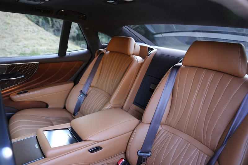 レクサス LS500/「EXECTIVE」の左側後席は大きなリクライニング機能に加え電動オットマンや助手席のスライド機能で最大1020mmのレッグスペースを確保することが可能