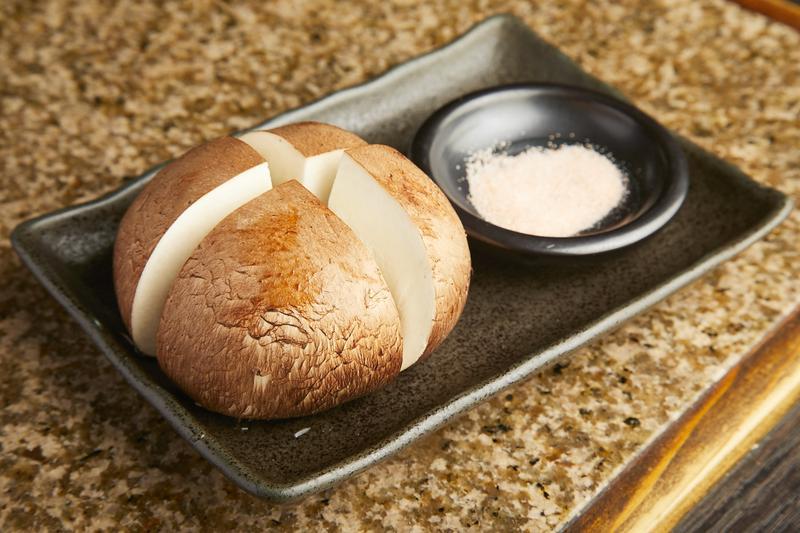 ミネラル豊富なヒマラヤ岩塩で味わう「マッシュルーム」350円。