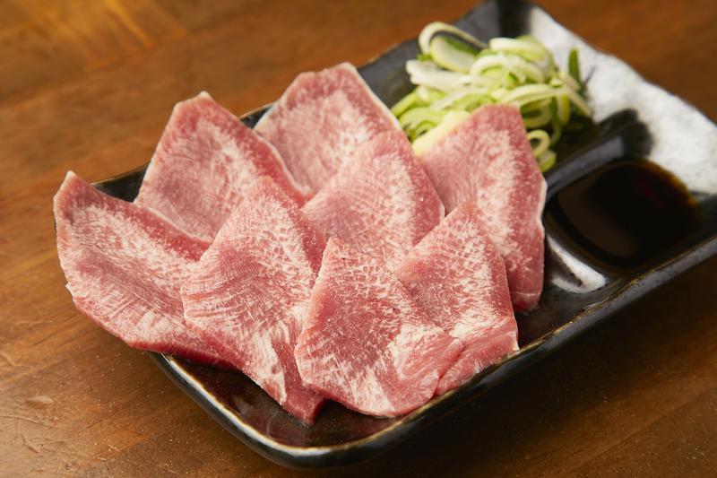 通常のタンよりも柔らかくジューシーな味わい。「子牛のタン刺し」700円。