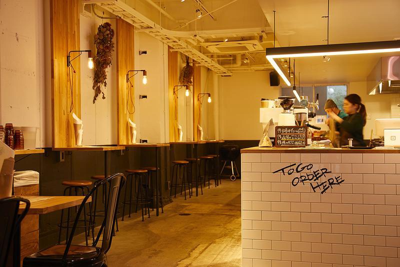 YES BURGER(イエスバーガー)/打ちっぱなしの壁や配管むき出しの天井が、無骨なアメリカンを感じさせます。ビールの気分じゃない時は、江坂の人気店「ヒロコーヒー」の深入りコーヒーを。