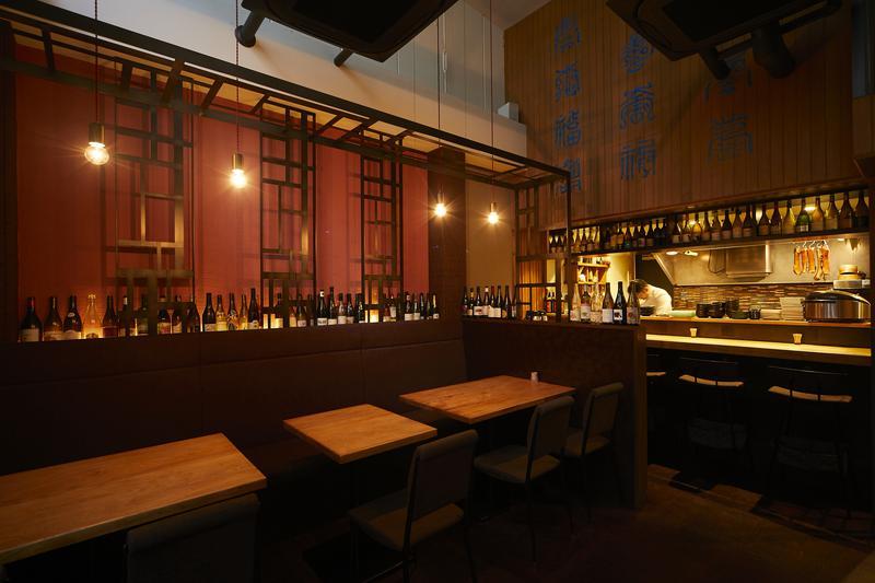 中国菜 SHIN-PEI/2階の床をブチ抜いた店内。ディナータイムには灯りを落として、どこかアンニュイな雰囲気に。