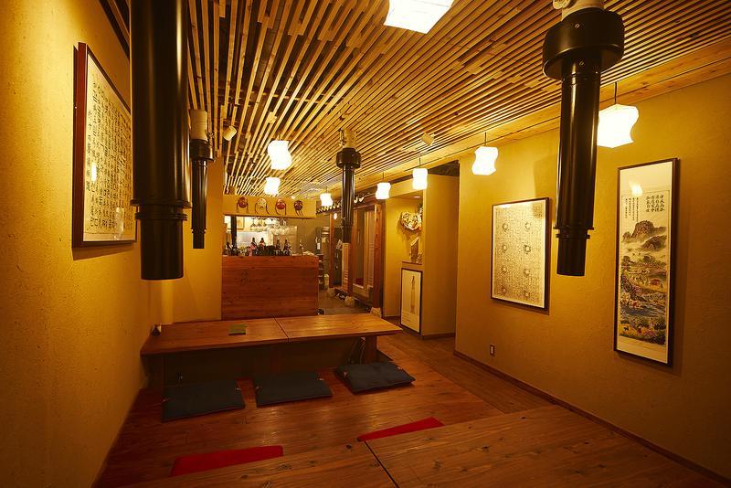 韓味一朴邸/節のある木材を多用する、韓国の伝統的な建築法を用いた内装。完全予約制ゆえ、韓国でもトップクラスの宮廷料理をゆっくりと楽しめます。